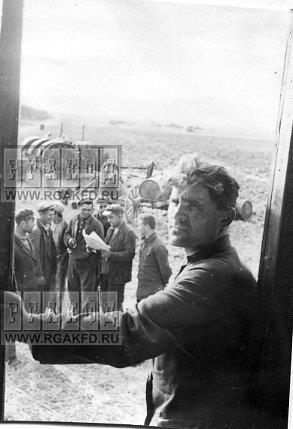 Бригадир тракторной бригады Ишуньской МТС А М Кратько с товарищами на отдыхе